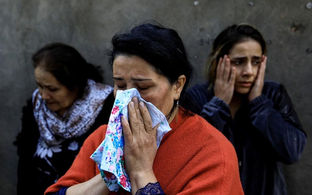 Umit Bektas از رویترز. گریستن زنان برای بستگانشان که زیر آوار بهجامانده از انفجار راکتی طی جنگ در منطقهی مورد مناقشهی قرهباغ کوهستانی مفقود شدهاند، گنجه، آذربایجان، 11 اکتبر 2020