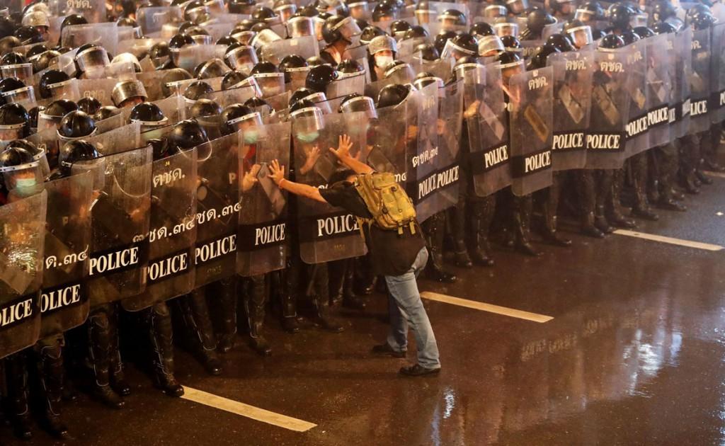 Jorge Silva از رویترز. مردی 52 ساله با نام Anurak Jeantawanich طی اعتراضات ضدحکومتی در بانگکوک تایلند، در مقابل نیروهای پلیس ایستاده است. او گفته: «در چشمان یک یک آنها نگاه کردم و به آنها گفتم نزدیکتر نیایید. چرا که آنجا کلی دختر و دانشجوی جوان حضور داشتند.» 16 اکتبر 2020