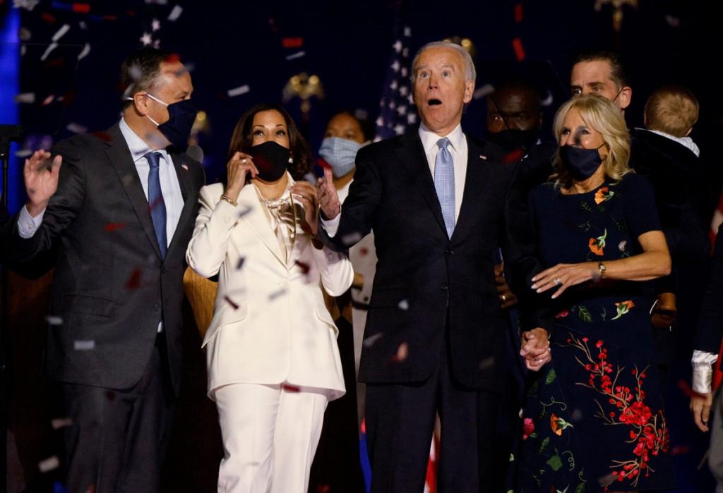 Jim Bourg از رویترز. واکنش نامزد ریاست جمهوری حزب دموکرات جو بایدن و همسرش، در کنار نامزد معاونت ریاست جمهوری کاملا هریس و همسرش، پس از اعلام پیروزی بایدن در انتخابات ریاست جمهوری 2020 آمریکا توسط رسانهها، ویلمینگتن، دلاوِر، آمریکا، 7 نوابر 2020