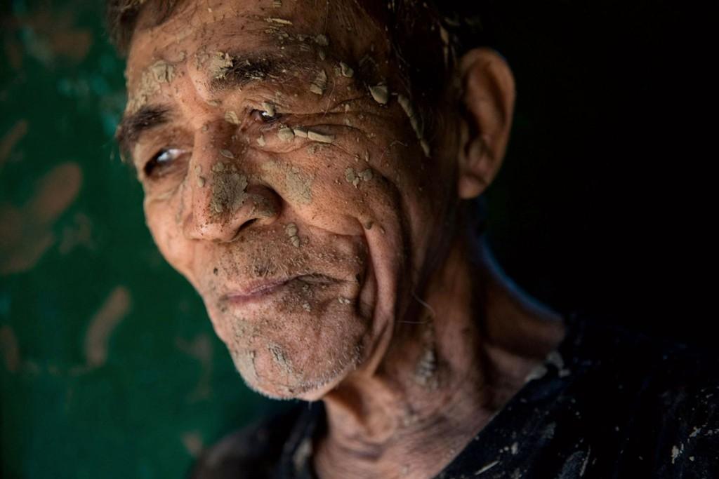 Eloisa Lopez از رویترز. مردی حین تمیز کردن خانهاش که پس از سیل ناشی از تندباد دریایی Typhoon Vamco زیر گل و لای رفت، سنمتئو، فیلیپین، 13 نوامبر 2020