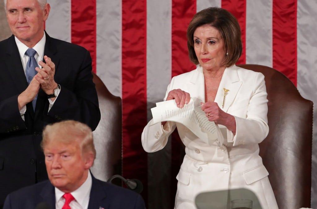 Jonathan Ernst از رویترز. نانسی پلوسی در حال پاره کردن متن سخنرانی دانلد ترامپ طی سخنرانی سالانهی رئیسجمهوری آمریکا در کنگره، واشینگتن، 4 فوریه 2020