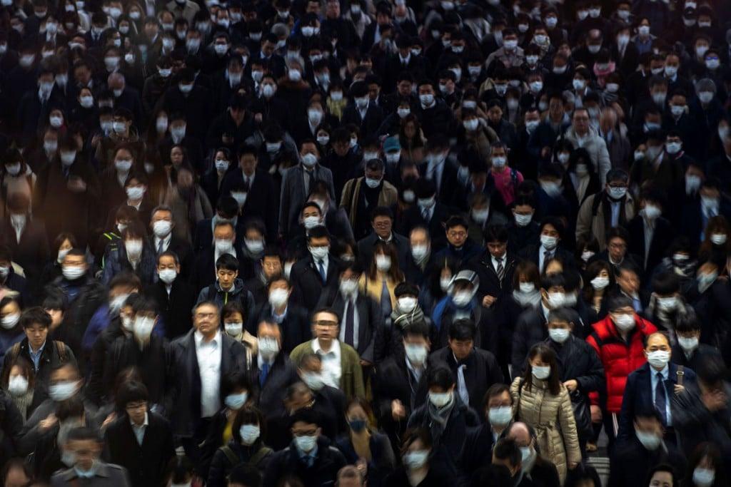 Athit Perawongmetha از رویترز. جمعیت ماسکبهصورت در ایستگاه شینگاوا، توکیو، ژاپن، 2 مارس 2020