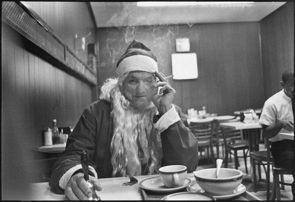 مری الن مارک. بابانوئل سر میز ناهار، نیویورکسیتی، 1964