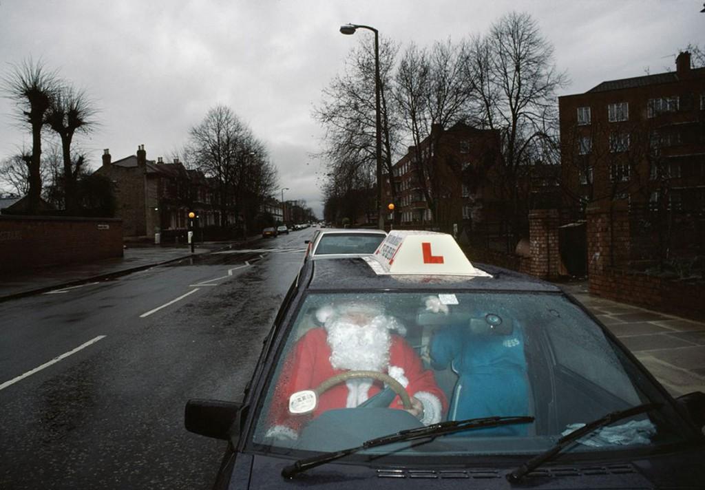 کریس استیل-پرکینز. بابانوئل در حال بردن هدایا در روز کریسمس، لندن، 1989