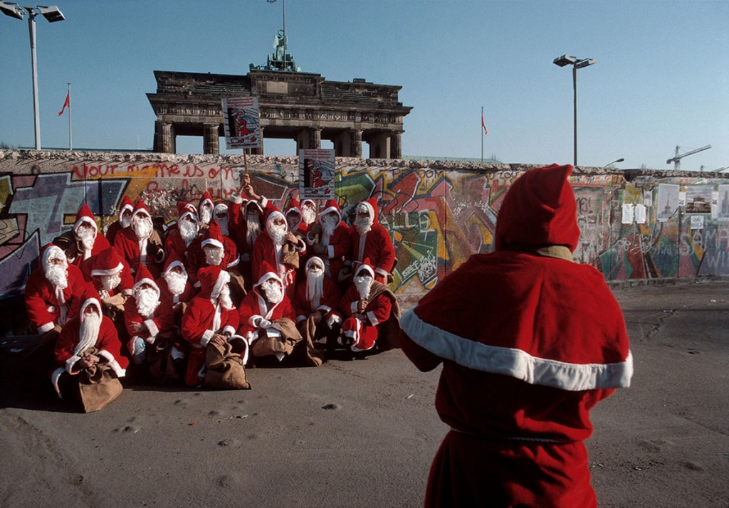 برونو باربی. عکس دستهجمعی بابانوئلها در کنار دیوار برلین، برلین غربی، آلمان، 1989