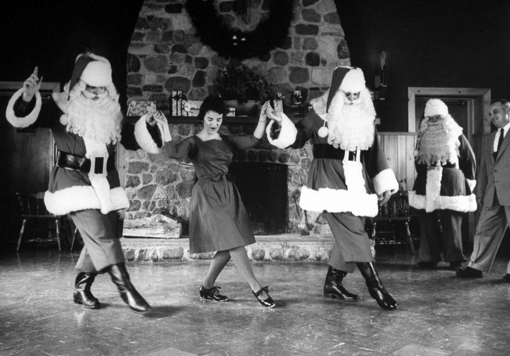 آلفرد آیزنشتات از نشریه لایف. بابانوئلها در حال تمرین رقص سافتشو در کلاس آموزش بابانوئلها، مدرسه بابانوئل (Santa Claus School)، 1961