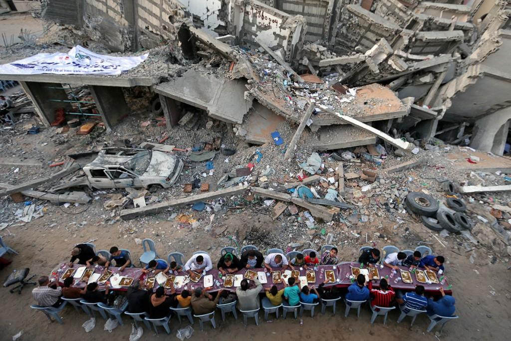Ibraheem Abu Mustafa از رویترز. «افطار فلسطینیها در میان آوار»، مقام سوم دسته «تکعکس خبری» مسابقه عکاسی استانبول 2020