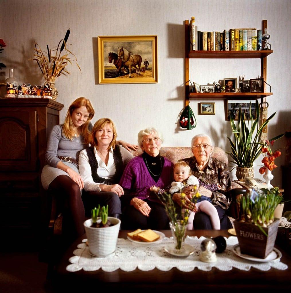 Marieke Van Der Velden از هلند. «ماریا (101 ساله)، نیلتی یاکُبا (76 ساله)، اِلما (51 ساله)، ناندا (30 ساله) و اِوی (هنوز یک سالش نشده)»، از مجموعهی «Dutch Matryoshka's »، از آثار منتخب داوران مسابقه عکاسی پرتره لنزکالچر 2020