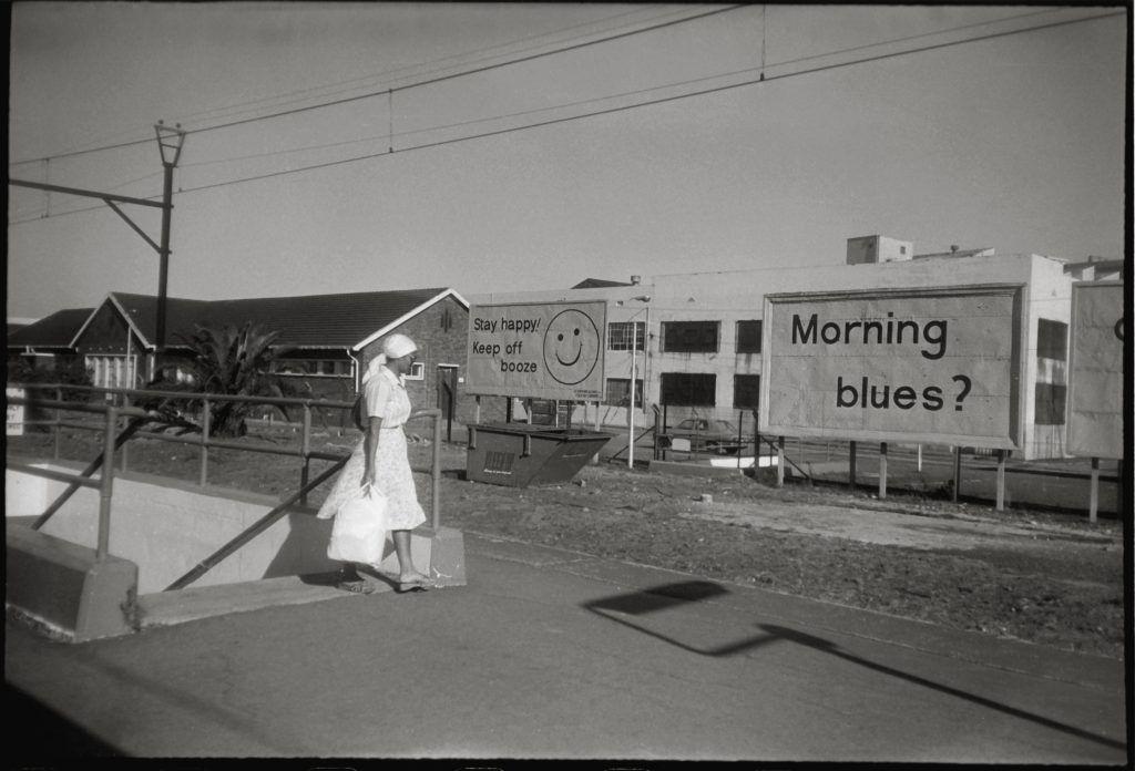 یک خدمتکار در مسیر کار صبحگاهیاش در منطقهی سفیدپوست نشینان دارای امتیاز در حومه کیپ تاون، آفریقای جنوبی. عکس از رابین نیکولز
