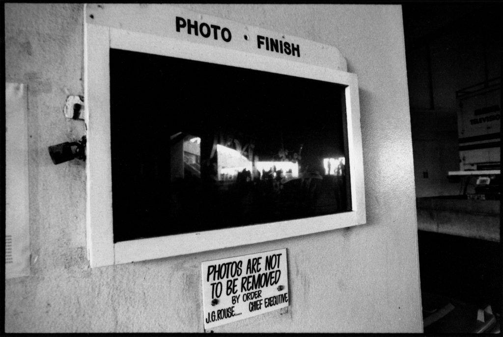 سالها بعد، اکنون با نگاهی به این عکس متوجه شدم که این عکس تجلیلی کنایهآمیز از کار ارویت است. به یاد دارم که او عکسی را که در گالری Uffizi از چند نقاشی بسیار معروف گرفته شده بود منتشر کرده بود، اما در عکس او چیزی جز انعکاس پنجرههای روبرو نمیدیدید. ماهیت نور چنین است. عکس از رابین نیکولز