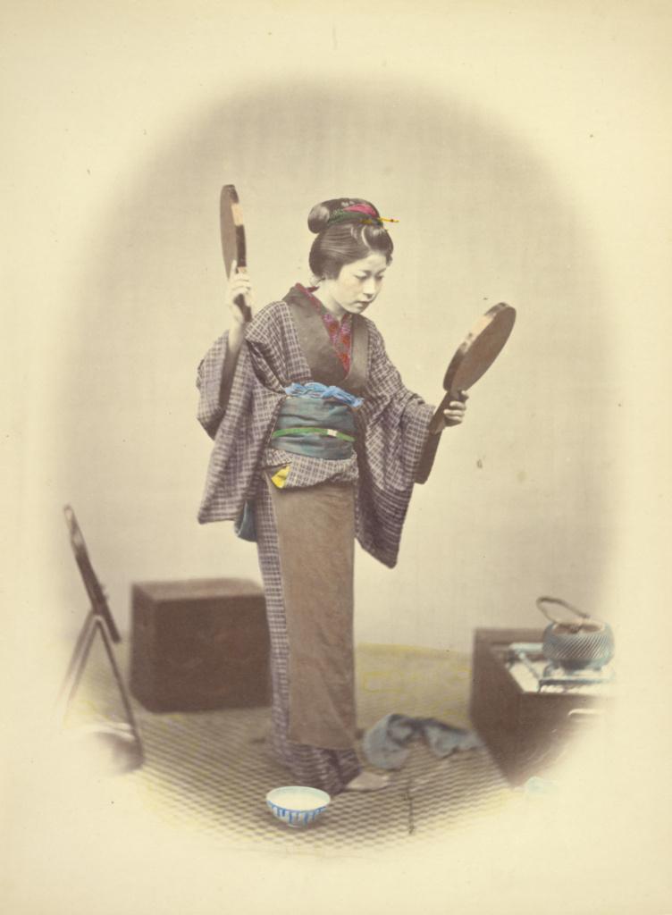 یک خانم جوان ژاپنی در لباس عروسی