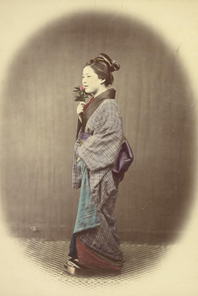 یک خانم جوان در حال آمدن از حمام