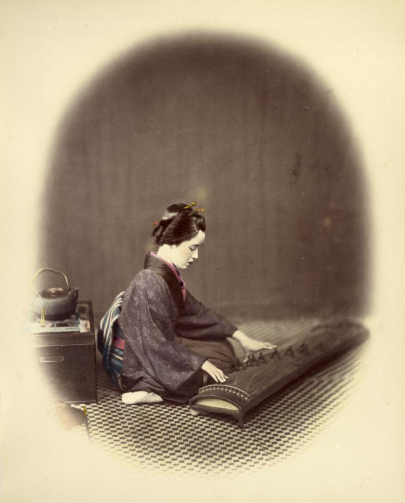 در حال نواختن کوتو (نوعی ساز زهی ژاپنی)