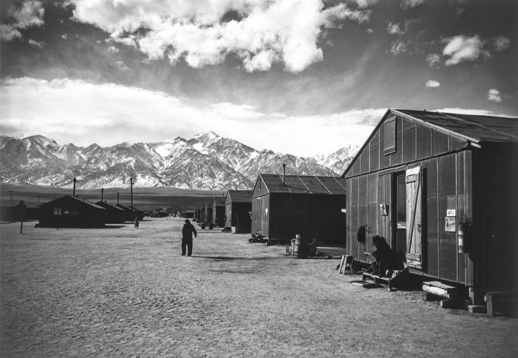 انسل آدامز. خیابانی در کمپ مَنزِنار، زمستان 1943