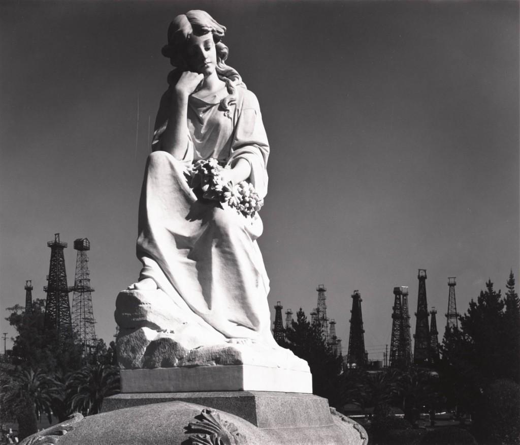 انسل آدامز. تندیسی در قبرستان و دکلهای نفتی، ساحل لانگ بیچ، کلیفرنیا، 1939