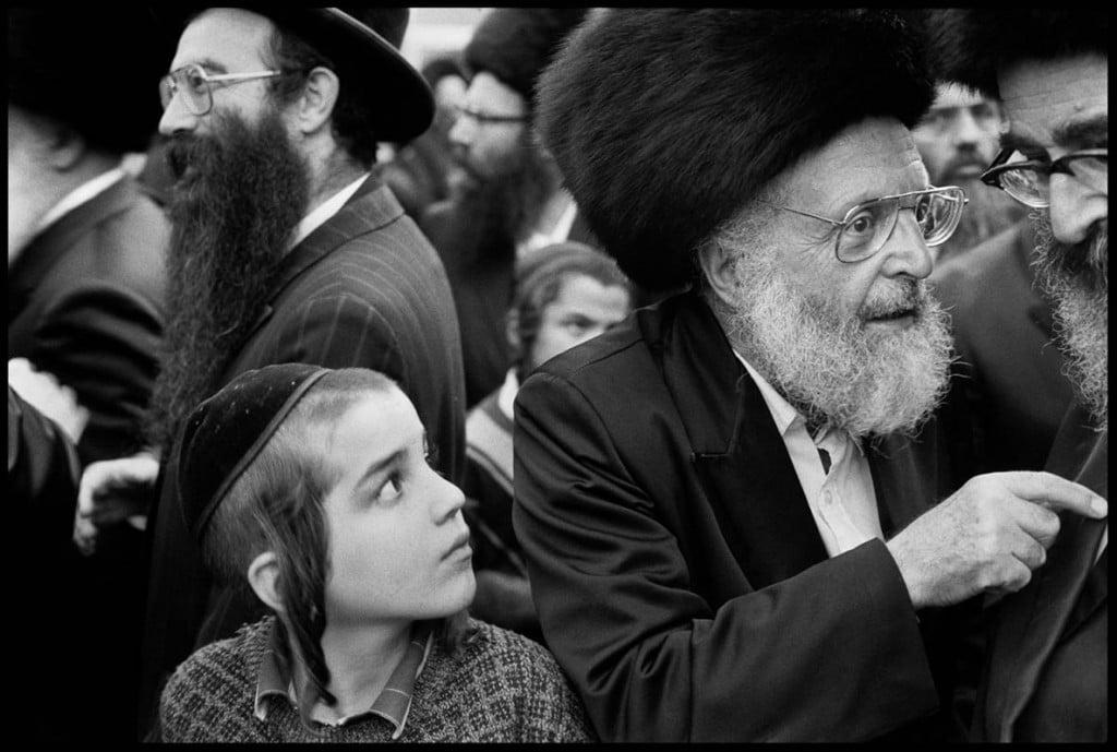 عباس عطار. یهودیهای حسیدی جوان و سالخورده در اورشلیم گرد هم آمدهاند، 1991