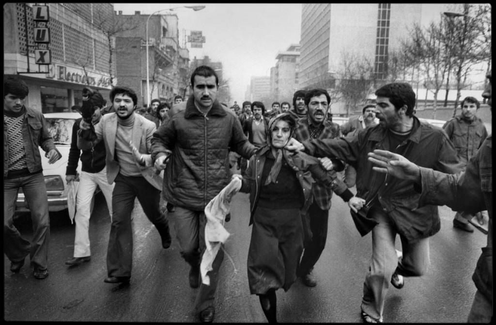 عباس عطار. پس از تظاهرات در استادیوم امجدیه (که اکنون شیرودی نام دارد) در حمایت از قانون اساسی و شاپور بختیار، که شاه قبل از خروج از ایران او را به نخستوزیری گمارده بود، زنی که گمان میرفت حامی شاه است از سوی انقلابیها مورد تعرض قرار گرفته است، تهران، 5 بهمن 1357