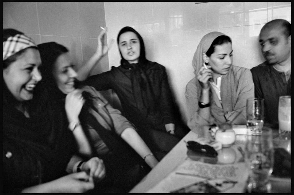 عباس عطار. درون یک کافه، تهران، ژوئن 2001