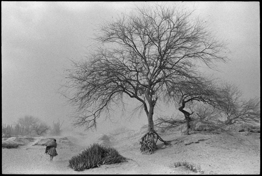 عباس عطار. زنی در میان طوفان شن، روستای سن آگوستین د اُئاپان، ایالت گرِرو، مکزیک، 1985