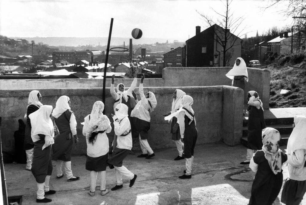 عباس عطار. دختران محجبه در دبیرستان دخترانهی اسلامی زکریا در یورکشایر در حال بازی هستند، انگلستان، 1989