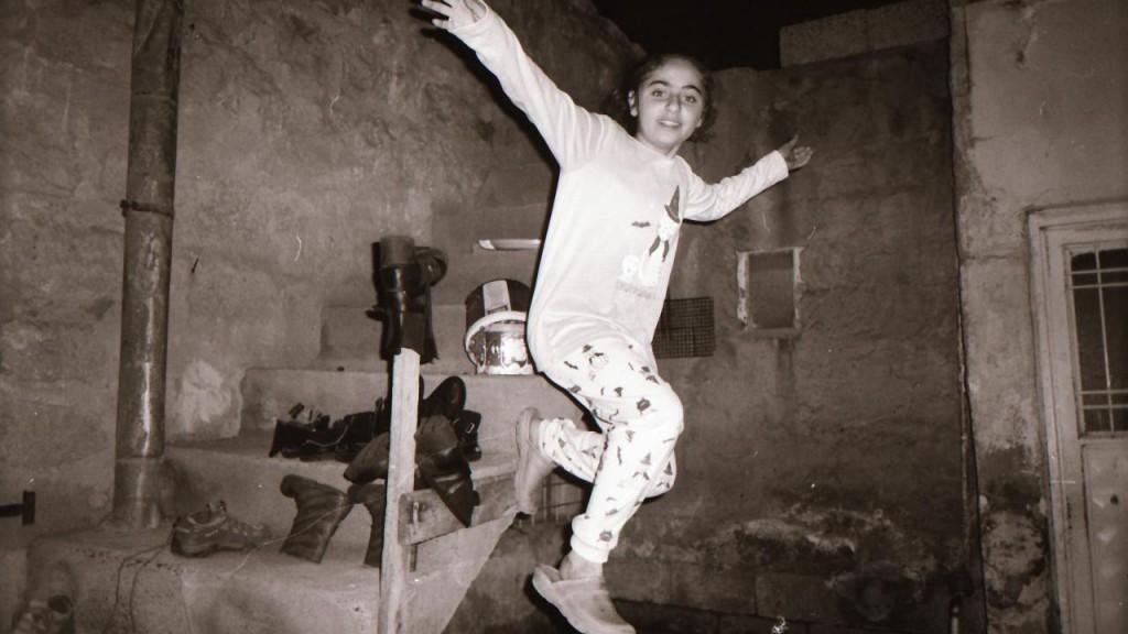 رفای (12 ساله) از قامشلی، سوریه، عکسی از خواهرش گرفته است.