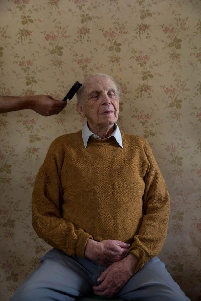 Oded Wagenstein. از مجموعهی «Transparent Curtains: Aging through the Eyes of Gay Elders»، مقام اول بخش  برندگان  مسابقه عکاسی پرتره لنزکالچر ۲۰۲۱ مجموعهعکس مسابقه عکاسی پرتره لنزکالچر 2021