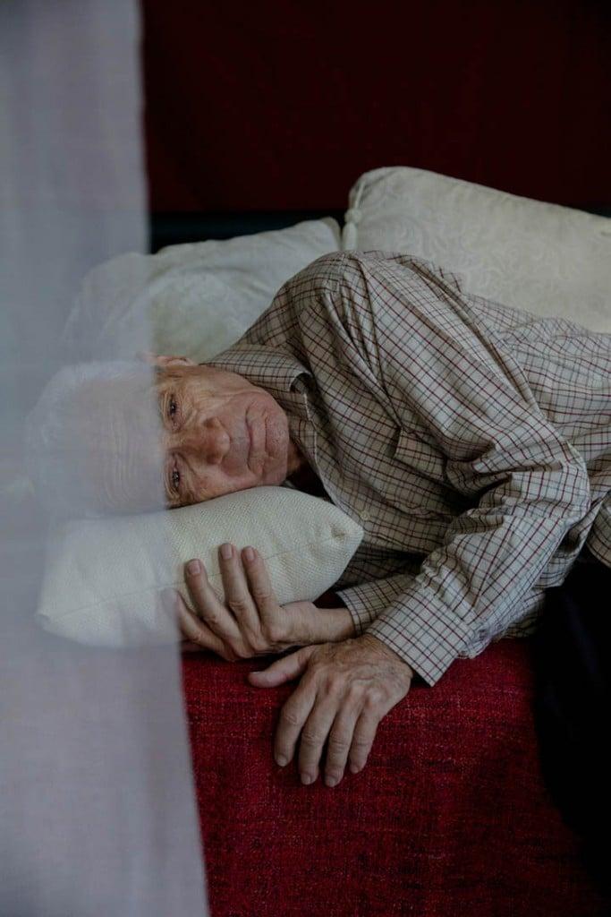 Oded Wagenstein. از مجموعهی «Transparent Curtains: Aging through the Eyes of Gay Elders»، مقام اول بخش مجموعهعکس مسابقه عکاسی پرتره لنزکالچر 2021