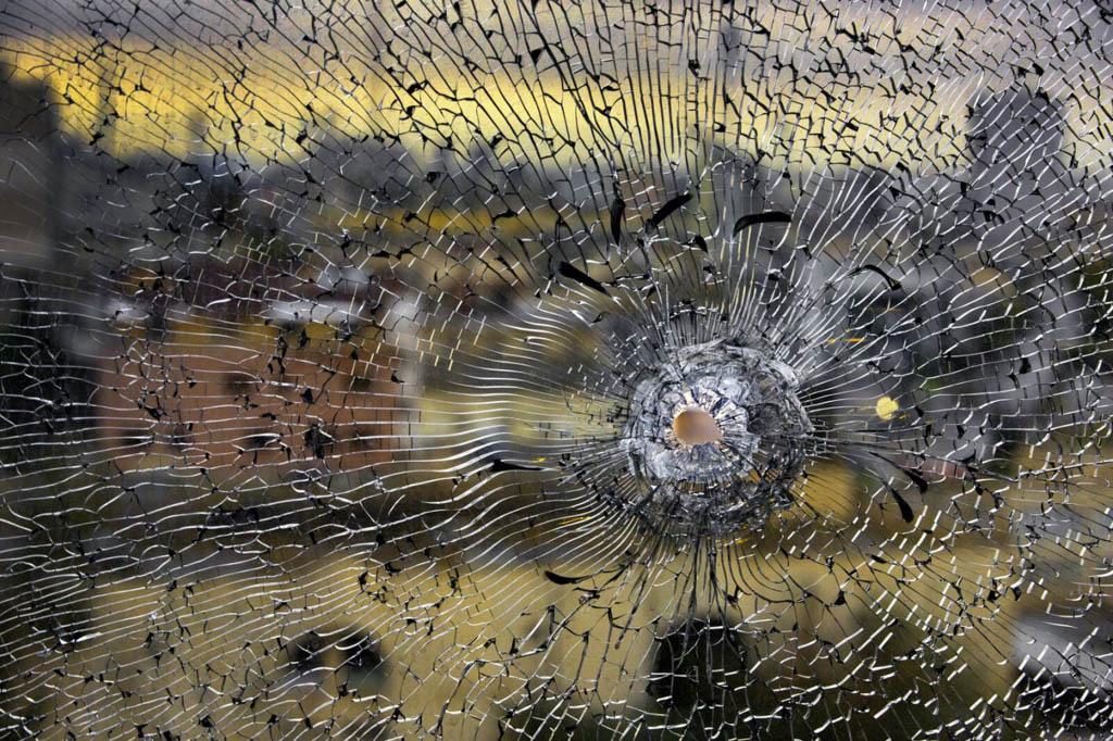 رضا دقتی. «غریو پنجرهای ترکخورده حبسِ جهانی کر به فریادهای بیوقفه تا نومیدی را بازتاب میدهد»، 2015