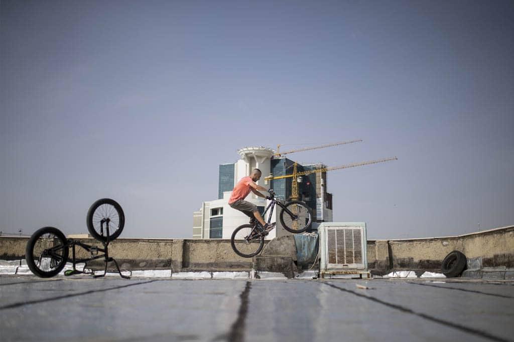 فرزام صالح. از مجموعه «پشت بام»، مقام سوم دسته ورزش، بخش حرفهای مسابقه عکاسی سونی 2021