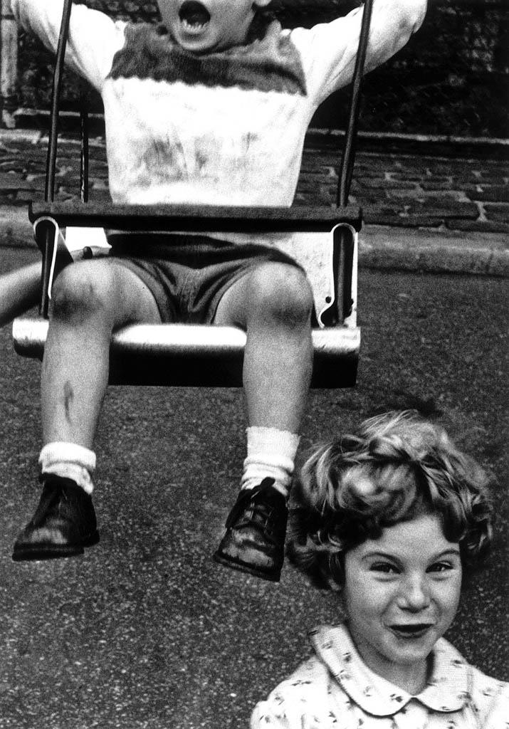 ویلیام کلاین. «پسربچه، تاب، پوزخند دختربچه، نیویورک»، 1955