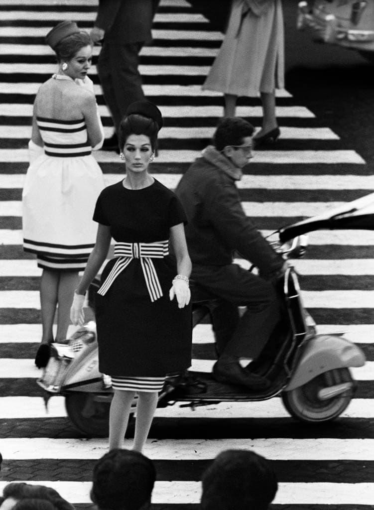 ویلیام کلاین. «نینا + سیمُنه، پیاتزا دی اسپانیا، رُم»، 1960