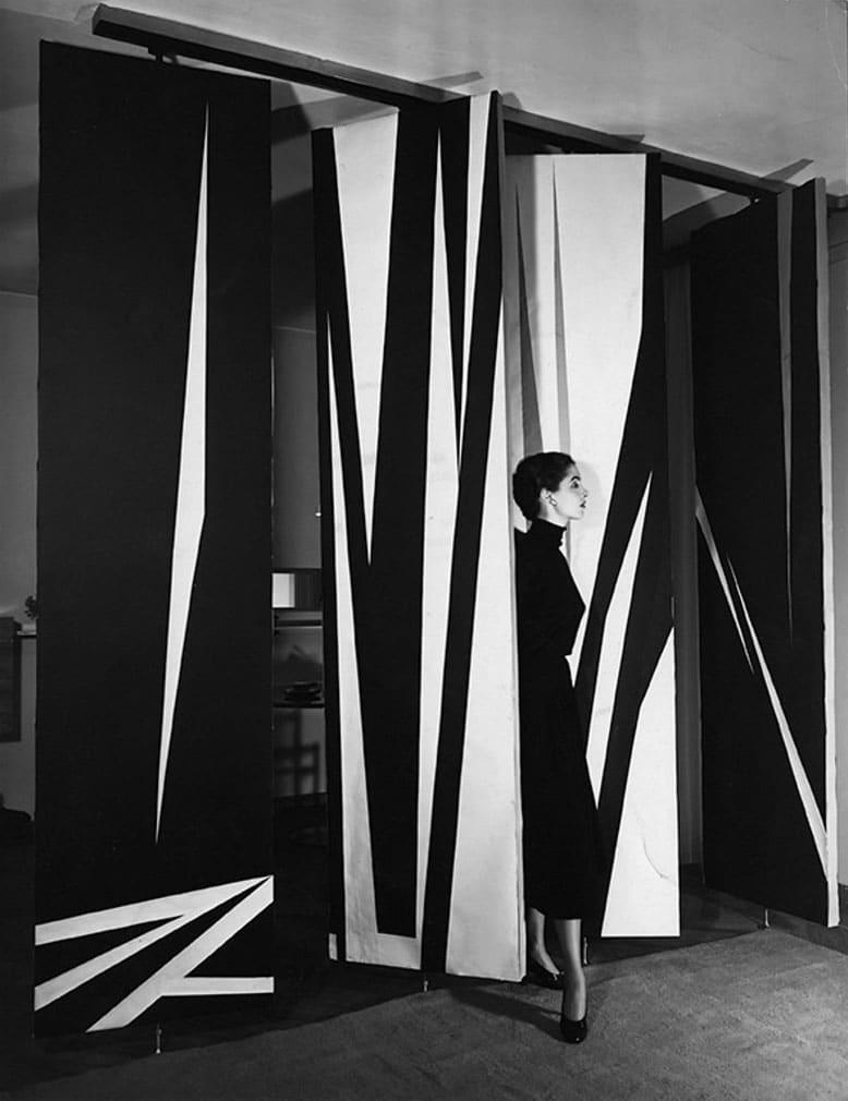 ویلیام کلاین. جِنین همسر کلاین در کنار پنلهای چرخان نقاشیشده، میلان، 1952