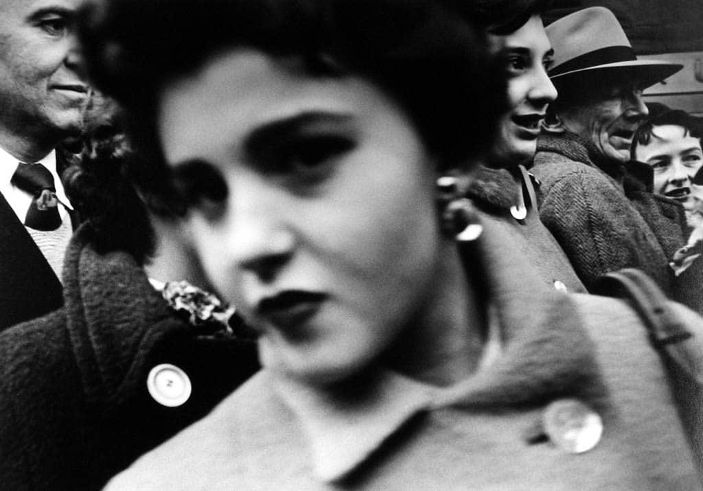 ویلیام کلاین. صورتی بزرگ در میان جمعیت، نیویورک، 1955
