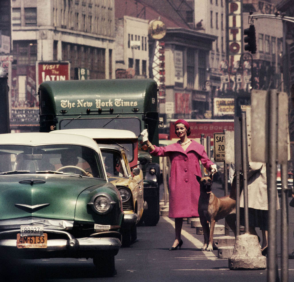 ویلیام کلاین. «دلُرِس + کت صورتی + نیویورکتایمز، نیویورک»، 1958