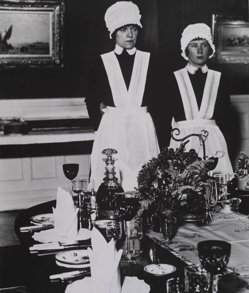 بیل برانت. «خدمتکار خانه و دستیار خدمتکار آماده برای سرو شام»، 1936