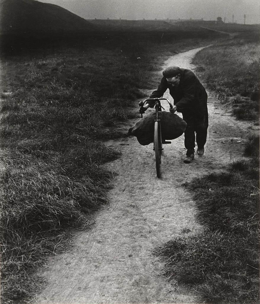بیل برانت. «زغالجمعکن در حال بازگشت به خانه، جَرو»، 1937