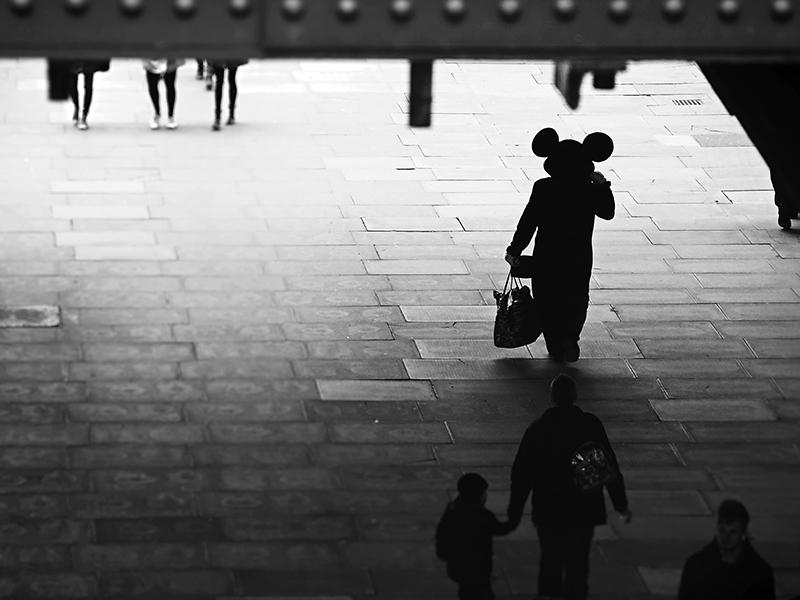 رونیا گالکا. «کسانی که به جادو باور ندارند هرگز آن را نمییابند» این عکس گالکا نشانگر استفادهی شاخص و شگفتانگیز او از عکاسی سیاهوسفید است.