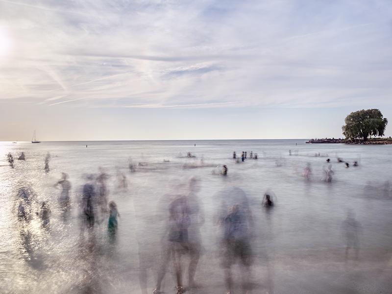 متیو پیلزبری. «ساحل اجواتر شماره 3» استفاده از نوردهی طولانیمدت توسط متیو پیلزبری، مانند این عکس، بینندگان را تشویق میکند که ماهیت گذرای زندگی را درک کنند.