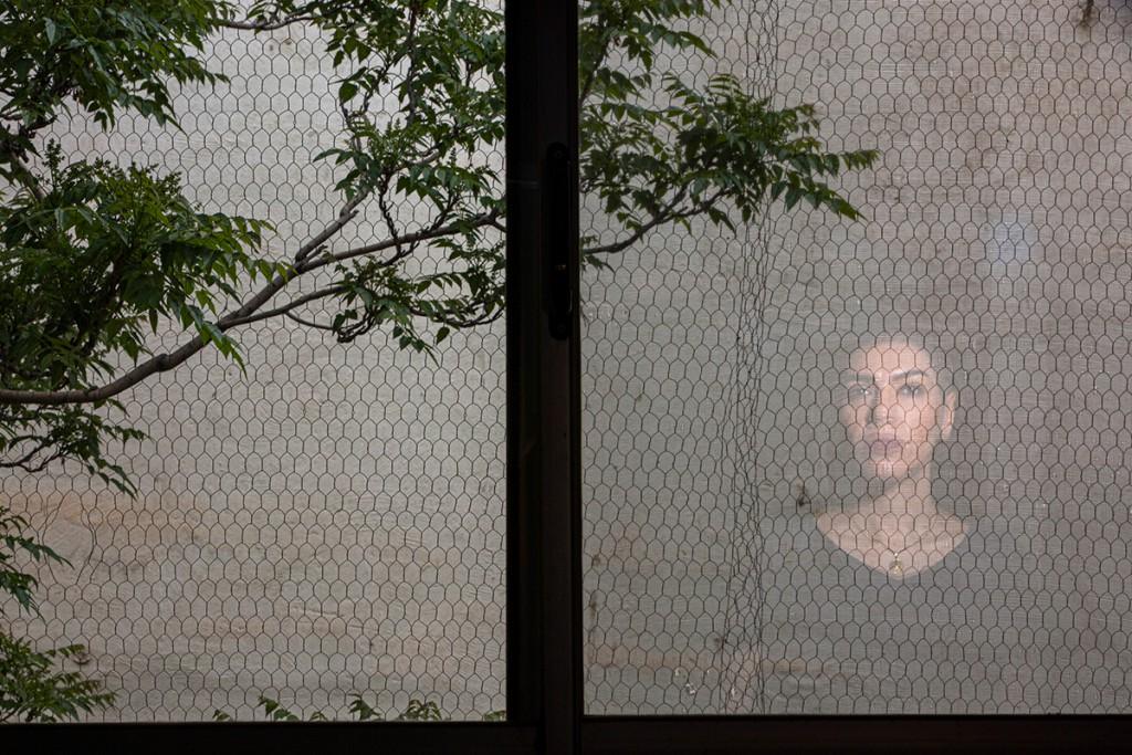 آرمین کرمی. از مجموعه Foreign Mirror، مقام اول دسته «مجموعهعکس پرتره» مسابقه عکاسی استانبول 2021