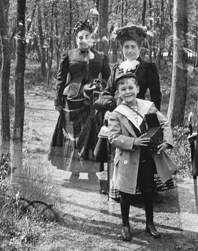 آنری لارتیگ (پدر ژاک). «ژاگ آنری لارتیگ در کنار مادر و مادربزرگش، بوئا دو بولُنیه، پاریس»، 1905
