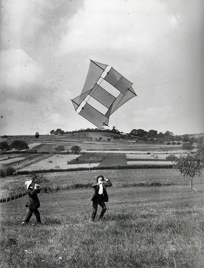 ژاک آنری لارتیگ. «م. لاروز و لوئی فران در کنار کایتی که آنری لارتیگ ساخته»، 1911