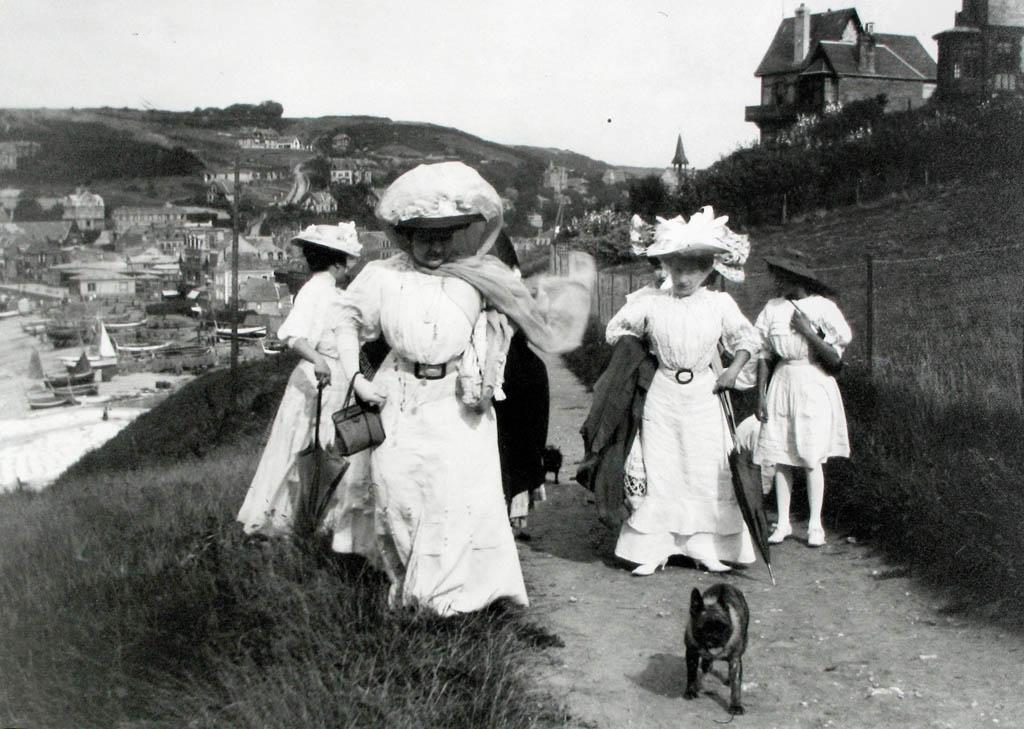 ژاک آنری لارتیگ. ساحل پورْویل، دوستان مادر عکاس، 1910