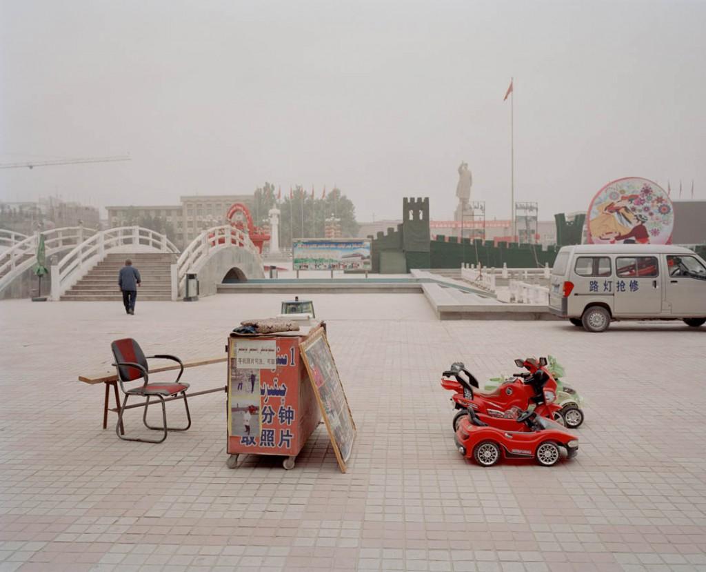 پاتریک وک. حوالی میدان اصلی شهر قەشقەر، استان سینکیانگ، چین، می 2016