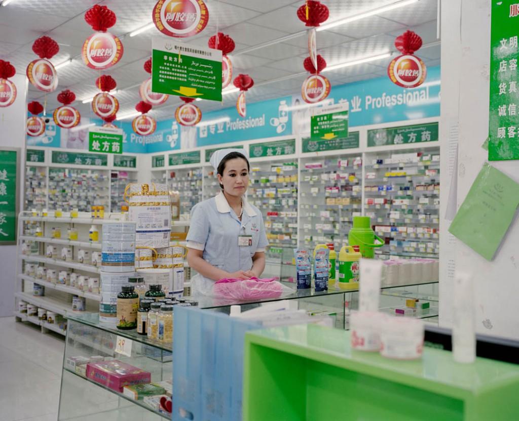 پاتریک وک. فروشنده داروخانه، شهر قەشقەر، استان سینکیانگ، چین، می 2016