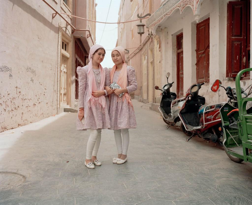 پاتریک وک. دو دختر اویغور در شهر باستانی قەشقەر، استان سینکیانگ، چین، می 2016