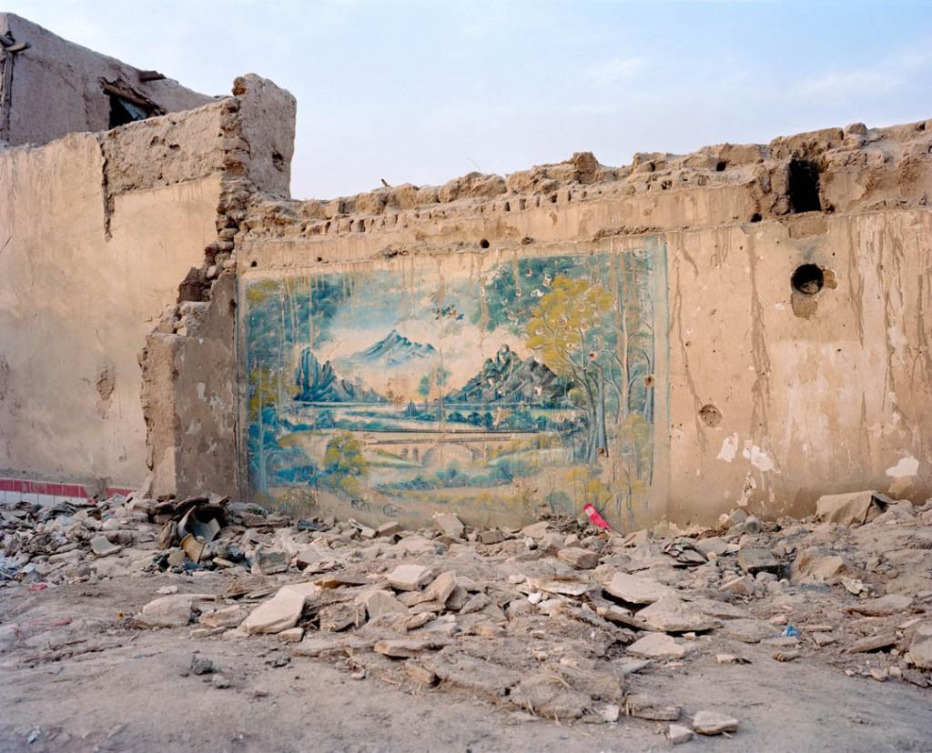 پاتریک وک. خرابههای شهر باستانی قەشقەر، استان سینکیانگ، چین، می 2016 مقامات چینی برای ساختن نسخهی جدیدی از این شهر باستانی راه ابریشم، بخش عمدهای از این شهر باستانی را تخریب کردند. پس از تخریب کابل طی جنگ داخلی، شهر باستانی قەشقەر تنها شهر باستانی بازمانده از راه ابریشم بود.