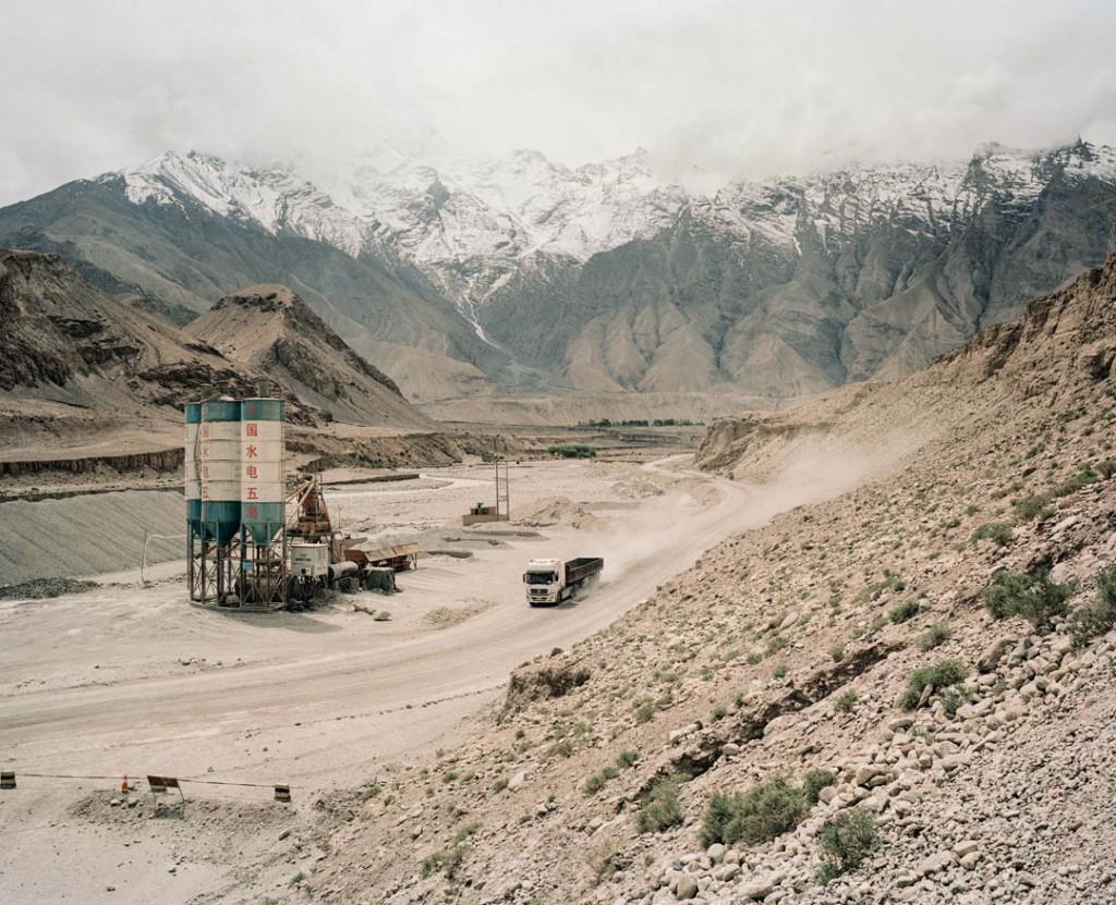 پاتریک وک. بزرگراه G314، استان سینکیانگ، چین، می 2016 این جاده از میان کوههای پامیر، غرب چین را به پاکستان متصل میکند. جادهی جدید برای افزایش تجارت بین این دو کشور ساخته میشود.