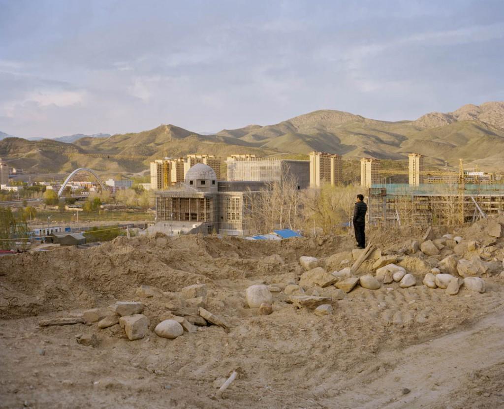 پاتریک وک. کارگر مهاجر نژاد هان از شرق چین بر فراز شهر آلتای، شمال استان سینکیانگ، چین، می 2017