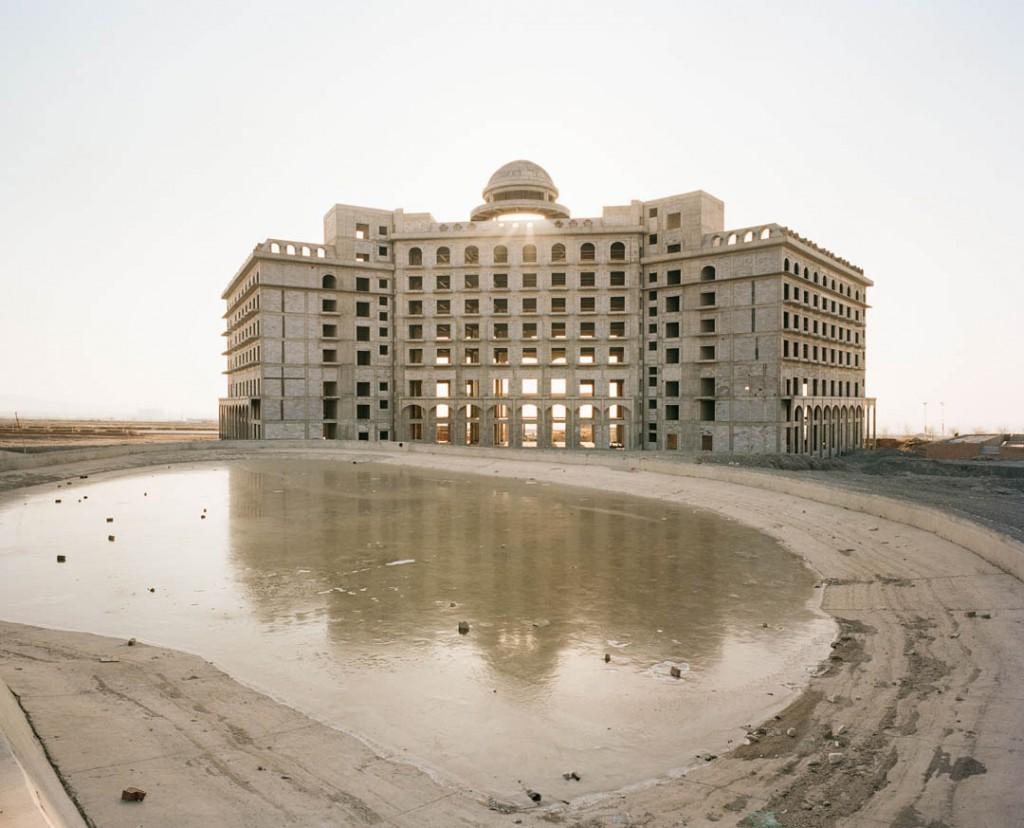پاتریک وک. هتلی نیمهکاره در ناحیهی جدید توسعه در تۇرپان، استان سینکیانگ، چین، دسامبر 2016