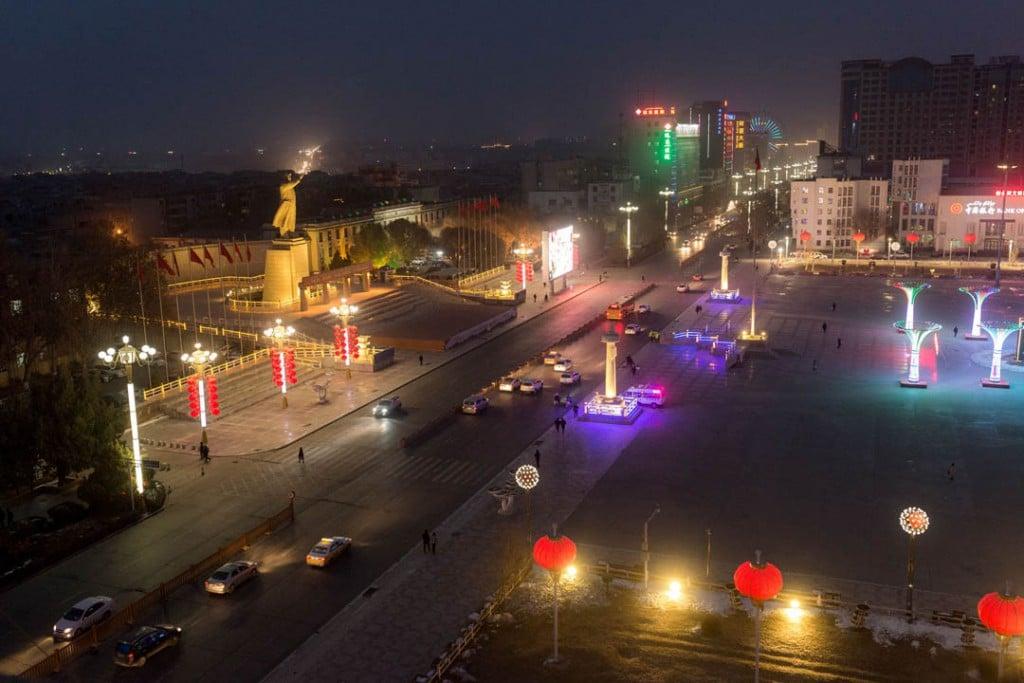 پاتریک وک. نمایی از «میدان خلق» و تندیس غولپیکر مائو بر فرازش، شهر قەشقەر، استان سینکیانگ، 31 ژانویه 2019